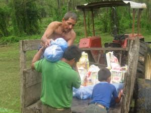 entrega de alimentos en la N.C Trochas 384